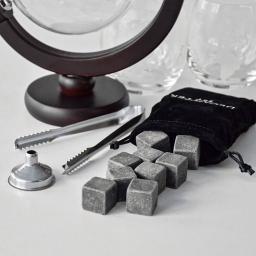 kamienne kostki i szczypce w zestawie karafka globus