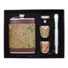 Zestaw podróżnika zawierający piersiówkę, latarkę, kieliszki i lejek w opakowaniu ozdobnym
